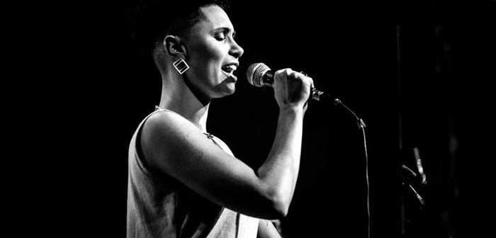 Maíra Baldaia, cantora itabirana, segue para Além-Tejo, em turnê por Portugal
