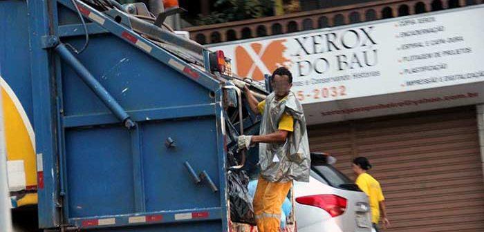 Sujeitos a um trabalho degradante, coletores de lixo ainda sofrem acidentes com resíduos mal-acondicionados