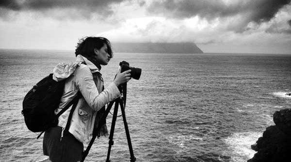 Fotógrafa e ativista, Barbara Veiga lança livro sobre suas experiências em alto-mar